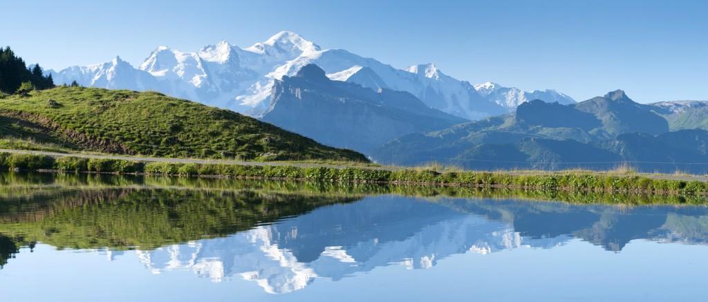 Point de vue panoramique sur le massif du Mont-Blanc depuis le lac de joux Plane.